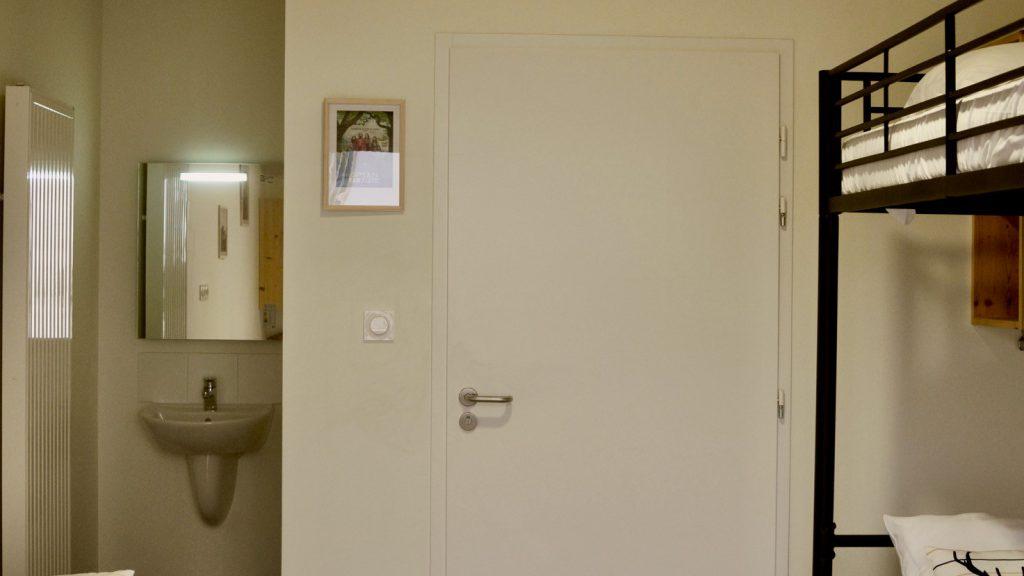 Chambre avec salle de bain privative accessible aux personnes à mobilité réduite